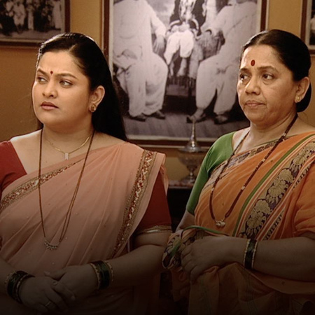 Bhagirathi questions Janhavi about the necklace.