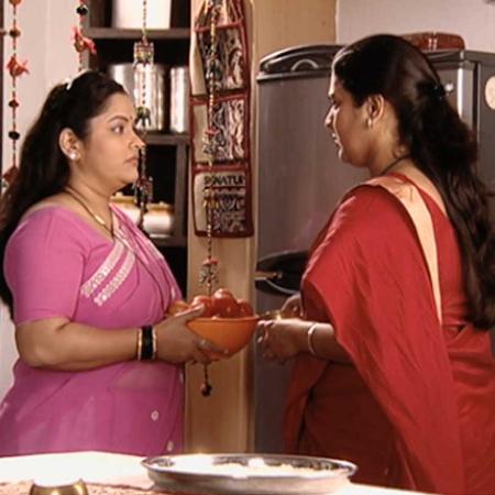 النساء جميعاً يذهبن إلى معبد غانيشا ولكن ترفض شارايو الذهاب.