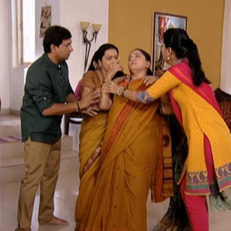 Janhavi asks RJ to return home.