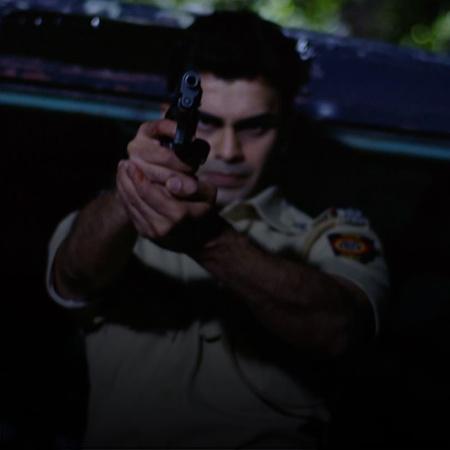خلال نقل مجرم خطير إسمه مايكل من سجن إلى أخر، يقوم المجرم بالهروب.