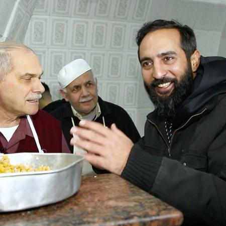يقوم الشيف تيمور في كل حلقة بزيارة أحد المطاعم الشهيرة في فلسطين التي