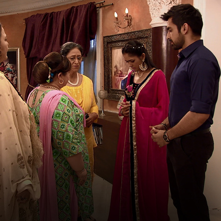 Alia burns down Purabh and Bulbul's bedroom. This makes Bulbul extreme
