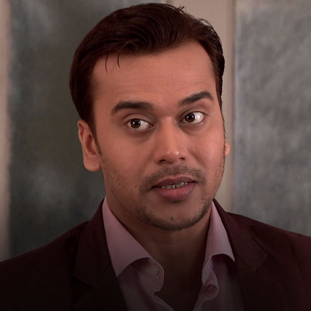 Abhi accepts Nikhil's business proposal and invites him for a family f