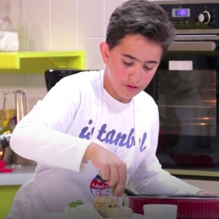 بهذا البرنامج نشاهد ١٦ طفل يتنافسون على أطباق عالمية، وكل طبق يتم تحكي