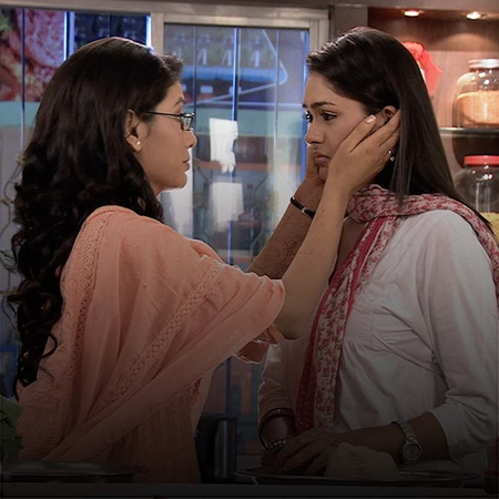 For her own ulterior motives, Alia tries to convince Abhi to marry Pra