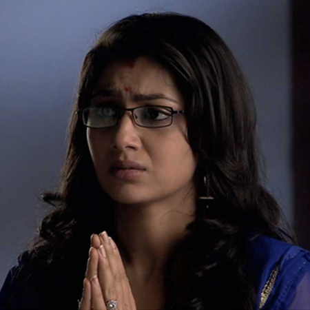 Alia and Tanu are surprised that Pragya is able to hire a lawyer.