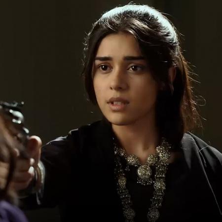 راني وعائلتها يبكون بشدة في جنازة راج. تعترف فاسوندرا بأنها قتلت راج و