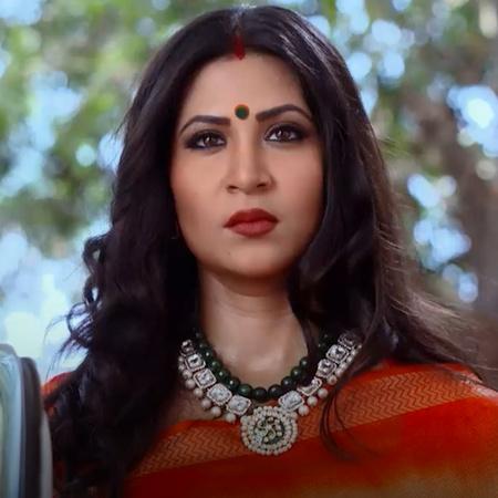 بريتي تطلب من راج وراني التظاهر بأنهما زوجان سعيدين. راني وراج يجدان س