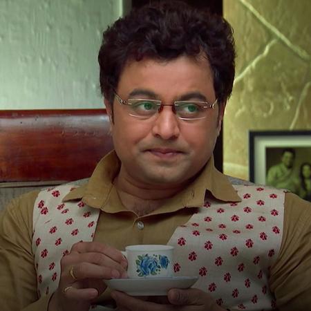 Avenash visits Dabolkar 's home and he feels happy