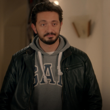Dahab asks Tarek to marry her, and they start planning a big party to