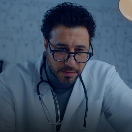 يعترف الدكتور طارق بحبه لمدام إلهام ويطلب يدها للزواج. ياسمين تقابل شا