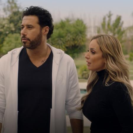 ياسمين وشقيقها يحاولان السرقة من رجل أعمال معروف. يستولي الدكتور طارق
