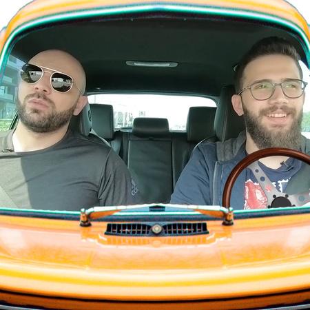 طلعة مع علي هو برنامج يستضيف في كل حلقة ضيف جديد في السيارة لتبادلوا أ