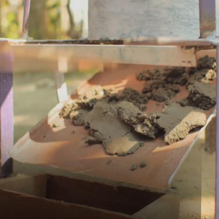 يقوم مراهق باختراع آلة لصنع الطوب تعمل عن طريق تحريك العجل