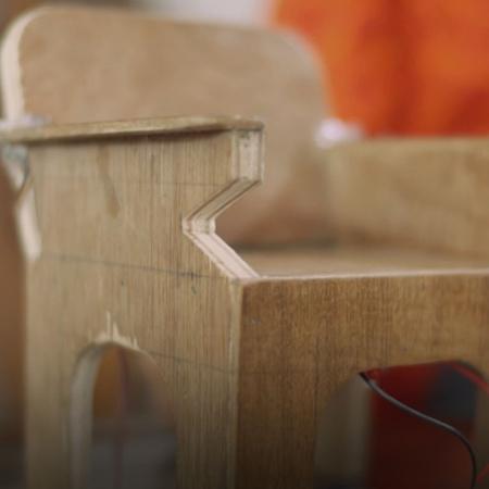 سينفي فتاة قامت بإختراع كرسي مفيد لعصرنا الحالي