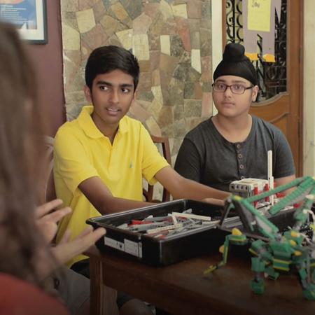 ما هي قصة الروبوت الذي إخترعه مجموعة من الشباب؟