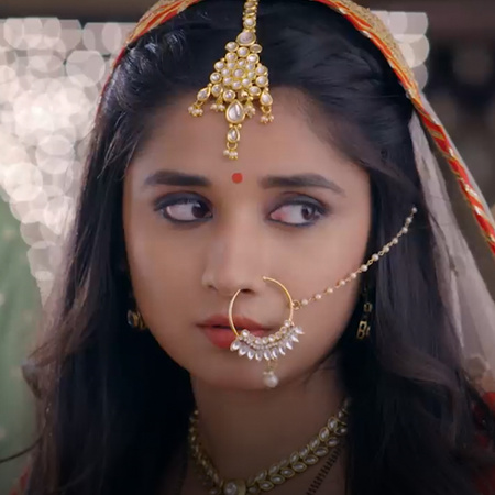 Dadi forces Guddan to keep the Karvachauth fast. Guddan finds it diffi