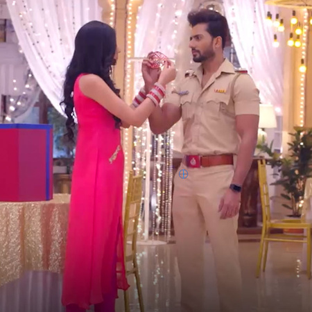 Guddan hosts a mask party to find Chutki's kidnapper. Unfortunately fo