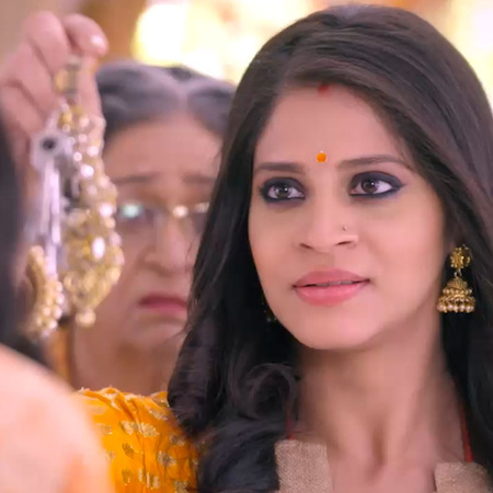 Guddan decides to stay back in the house much to Durga's dismay and pr