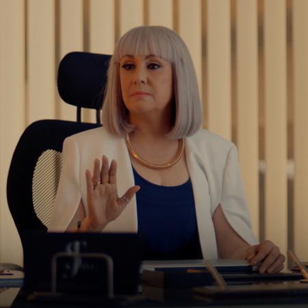 تجد كارمن عملاً، ولكن نازلي تضعها تحت المراقبة وتكلفها بالكثير من العم