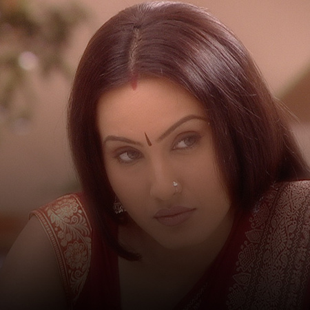Fidya is shocked when she sees Harsh at the door. Hema lies about Hars
