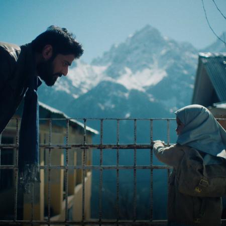 فيدانت يلتقي بفتاة صغيرة سحر ويعلم منها ان والدتها في السجن بالهند