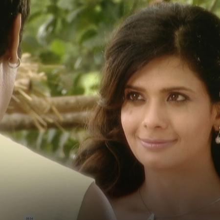 تحاول أنيا مساعدة راجو في زراعة الأرض ليكتشف راجو أن أحد ما وضع الملح