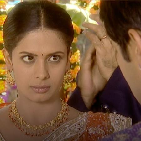 يحتفل الجميع بحفلة خطبة إيشا وبولا وتتصاعد المشاكل بين راجو وآنيا