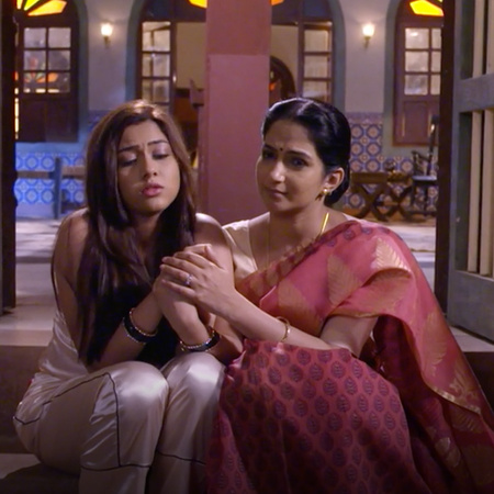 Aparna is still planning to hurt Kalyani and Anupria stands by her dau
