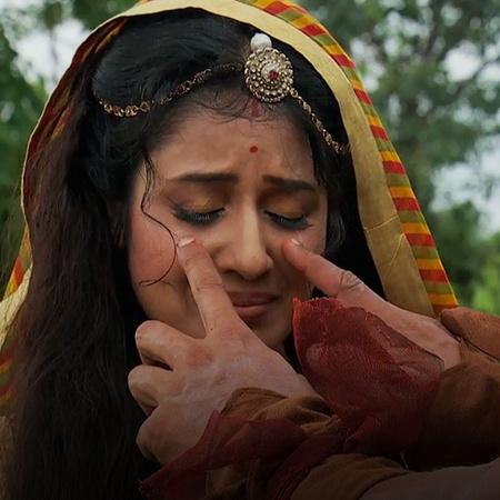 Jodha has become Khaibar's prisoner after she has saved him. However,